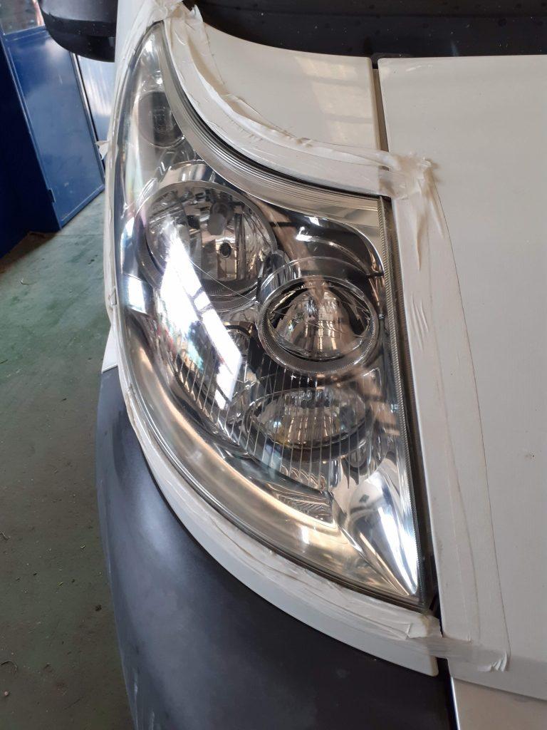 resultado del pulimento de un faro delantero de un coche